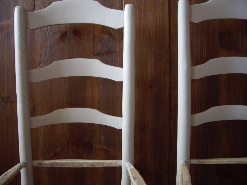 Chaises en bois suite carton et patine for Patine peinture acrylique